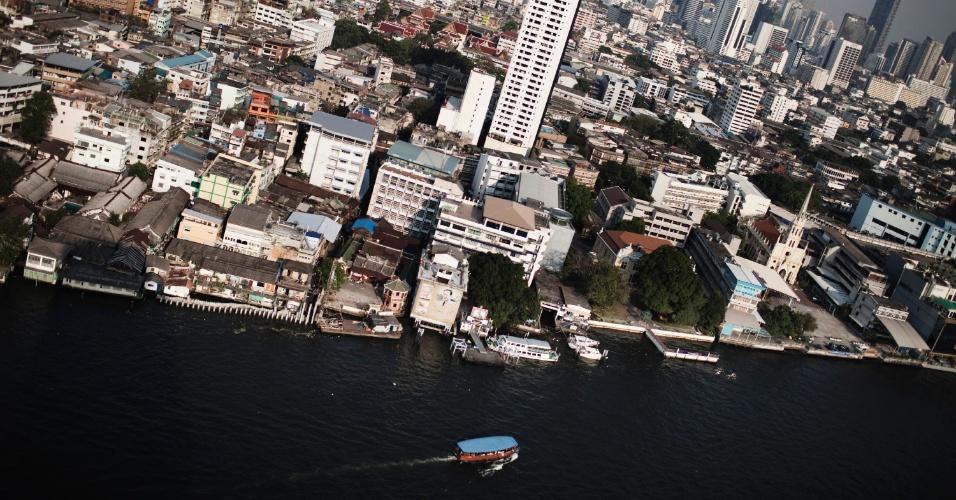 Vista panorâmica de Bangcoc e de um de seus símbolos, o rio Chao Phraya
