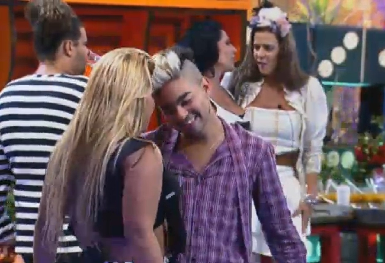 7.ago.2013 - Yani e Yudi dançam juntinhos