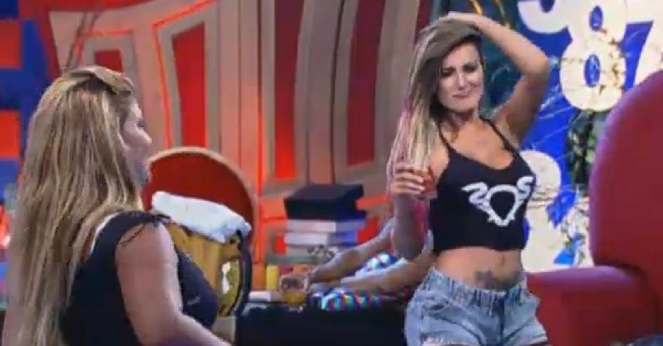 7.ago.2013 - Yani chega para dançar com Andressa Urach