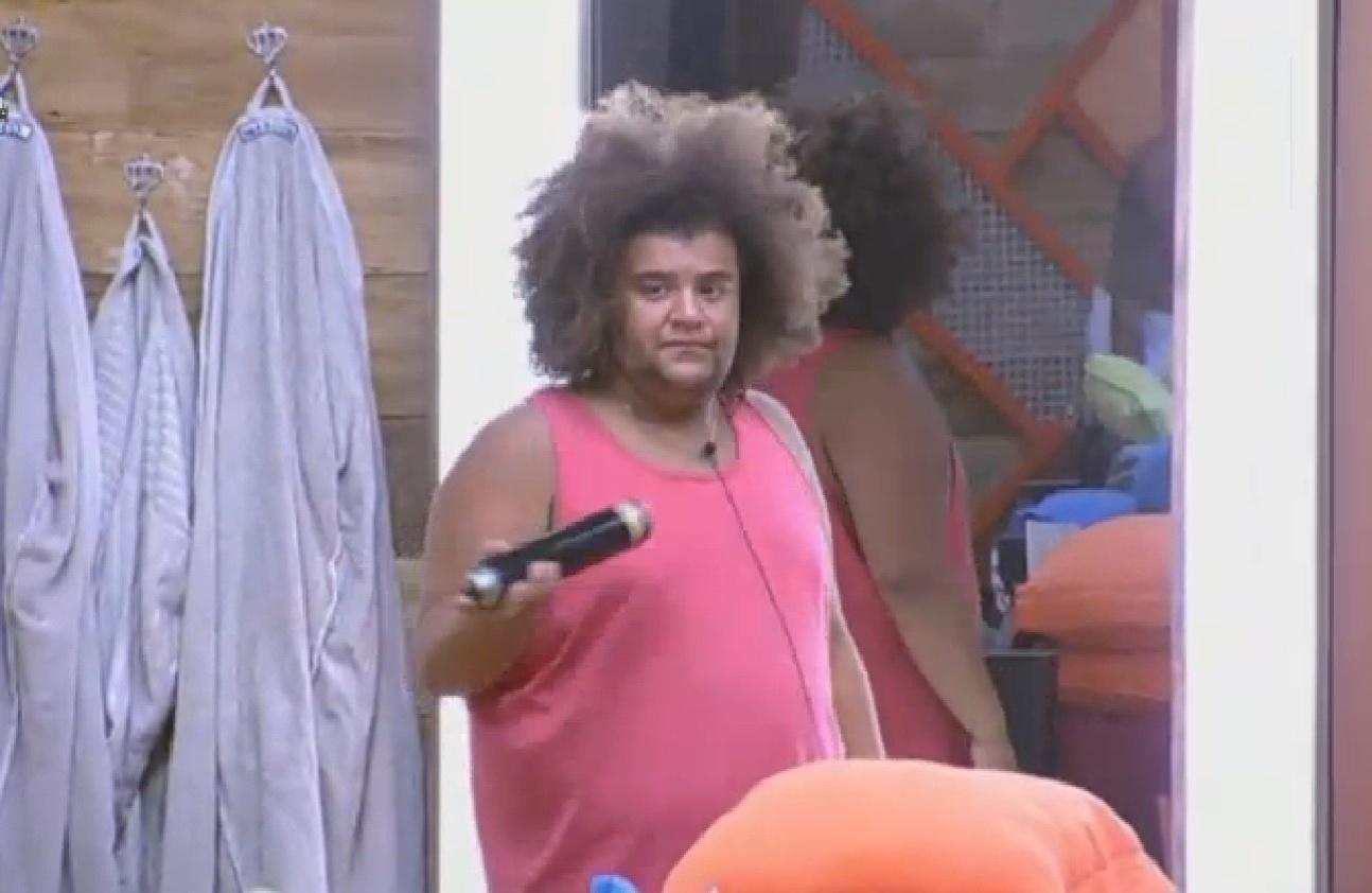 09.ago.2013 - Gominho ajeitando o cabelo para dançar