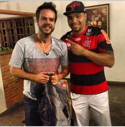 09.ago.2013- Naldo posa com a camisa do Flamengo ao lado de Vinicius Valverde