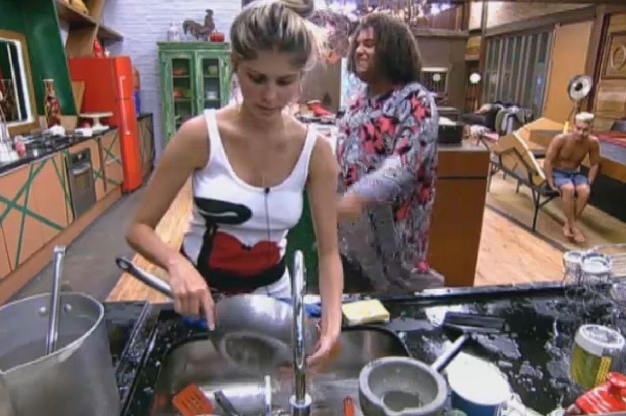 8.ago.2013 - Enquanto preparava jantar, Gominho faz música para Bárbara