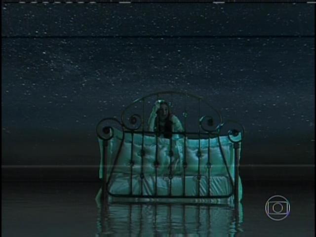 9.ago.2013 -  Após morrer, Nicole se recusa a ir até a luz. Ela aparece deitada em uma cama cercada por nuvens e águas
