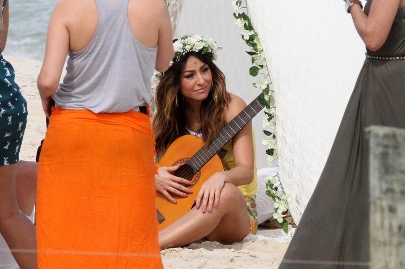 9.ago.2013 - Com violão Sabrina Sato fotografa campanha de moda na praia 165ad84743