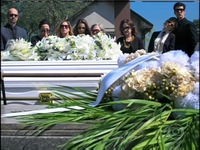 9.ago.2013 -  Corpo de Nicole é enterrado