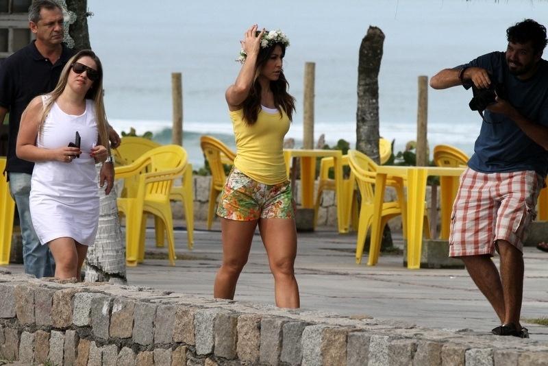 9.ago.2013 - De top e shorts curto, Sabrina Sato chega para fotografar campanha de moda na praia da Reserva, no Rio de Janeiro
