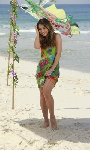 9.ago.2013 - De vestido verde, Sabrina Sato fotografa campanha de moda na praia da Reserva, no Rio de Janeiro