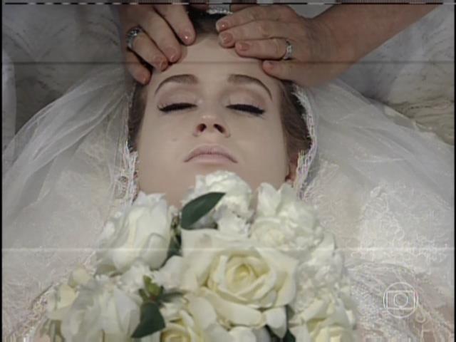 9.ago.2013 -  Lídia chora a morte de Nicole