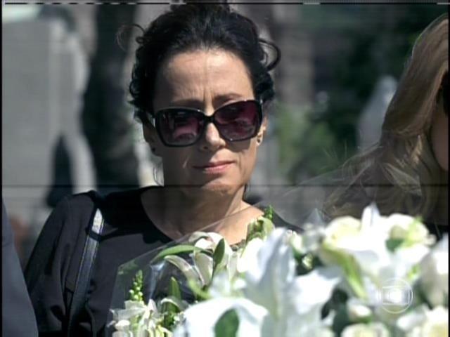 9.ago.2013 -  Lídia chora em enterro de Nicole