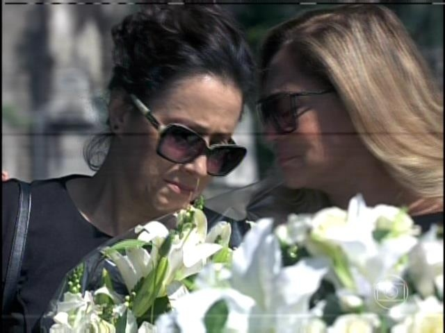 9.ago.2013 -  Lídia e Pilar choram  no enterro de Nicole