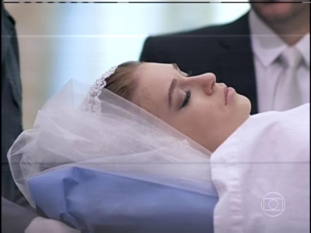 9.ago.2013 -  Nicole é levada da igreja em uma maca