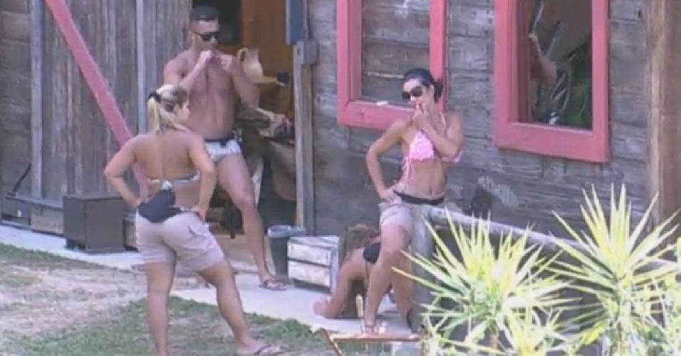 9.ago.2013 - No celeiro, Denise Rocha, Scheila Carvalho e Mulher Filé ensaiam para batalha de street dance