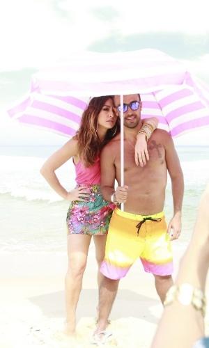 9.ago.2013 - Sabrina Sato fotografa campanha de moda acompanhada de modelo sem camisa na praia da Reserva, no Rio de Janeiro