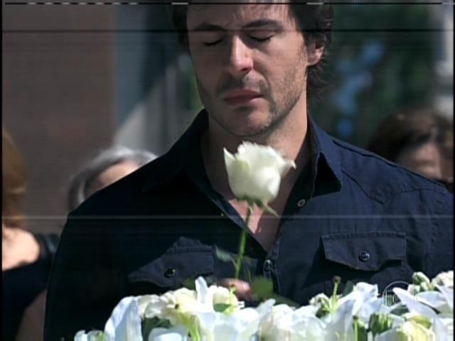 9.ago.2013 -  Thales chora  no enterro de Nicole