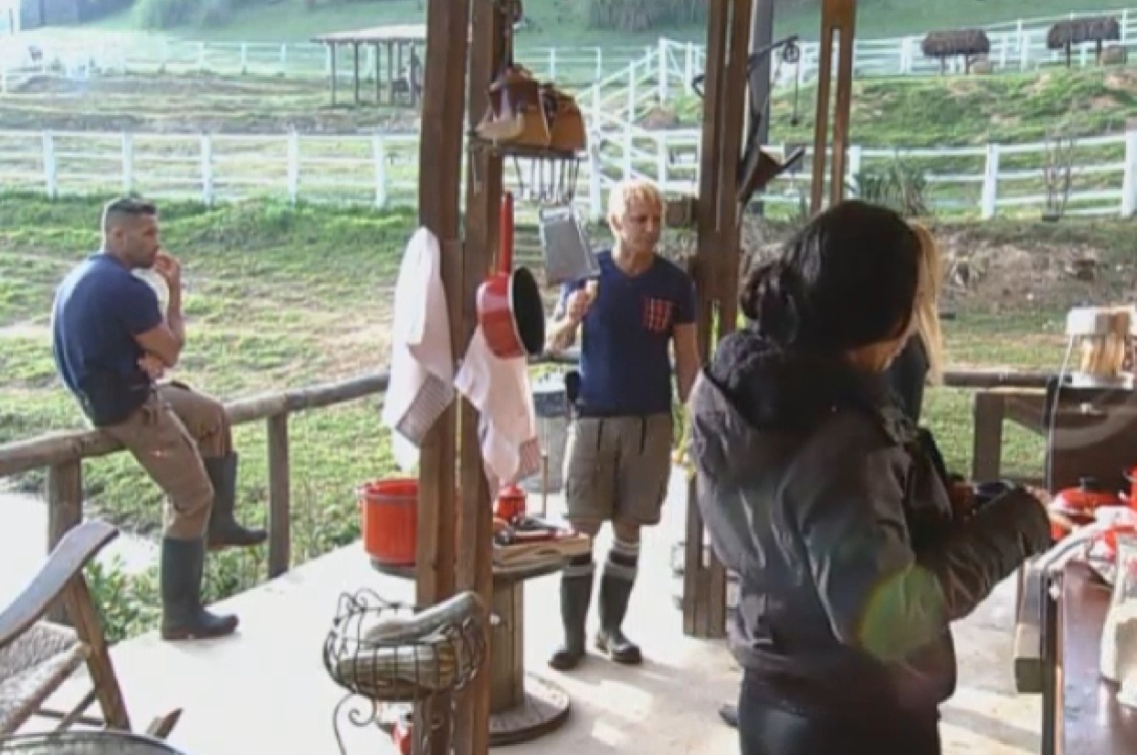 9.ago.2013 - Yani de Simone reúne equipe Coelho e diz que Beto e Gominho estão combinando voto