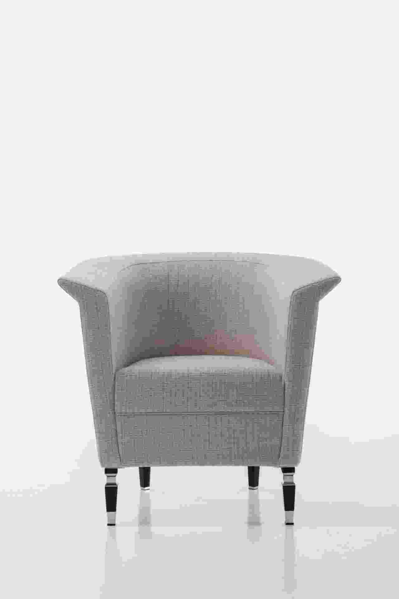 A poltrona Vogue, projetada pela marca Luxury Living Interiores (www.luxuryliving.it), pode ser confeccionada em tecido ou couro e mede 87 cm por 72 cm por 83 cm. Com detalhes em aço inox, os pés feitos de madeira estão disponíveis nas cores preto brilhante ou marfim - Divulgação