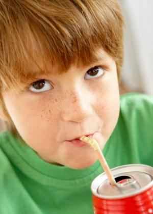 O refrigerante não deve fazer parte da rotina da criança - Thinkstock