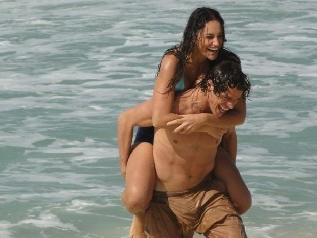 """Em """"Flor do Caribe"""", Candinho fica feliz após passeio com Taís"""