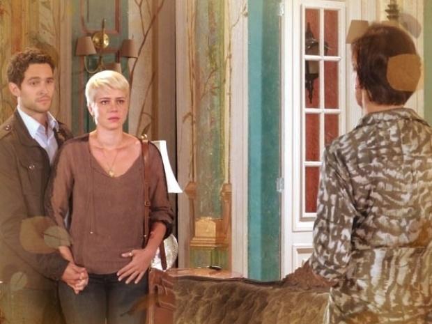 """Em """"Saramandaia"""", Zélia diz a Vitória que algo está errado com seu filho"""