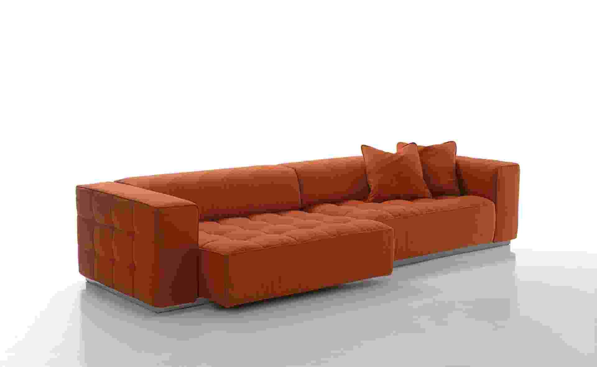 O sofá Moma de quatro lugares é uma das peças da coleção 2013 da Kenzo Maison, comercializado pela italiana Luxury Living (www.luxuryliving.it). Um dos assentos do móvel pode ser deslizado para frente, se transformando em uma chaise. Duas almofadas (50 cm por 50 cm, cada) acompanham o produto - Divulgação