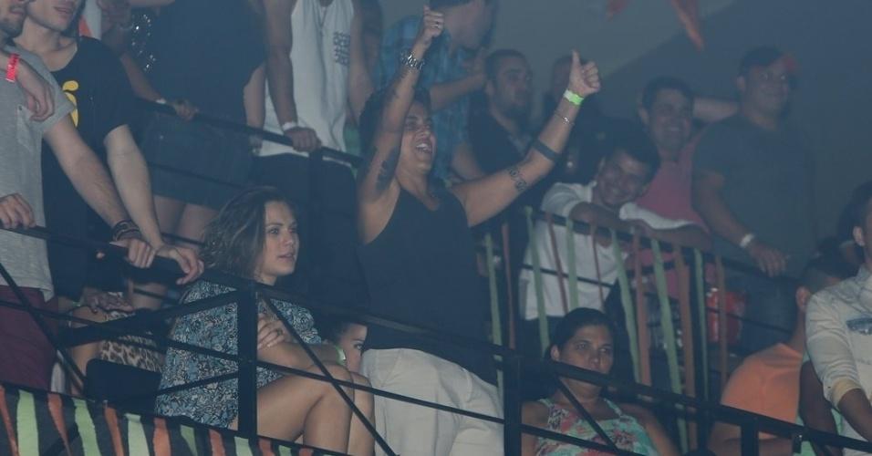 """9.ago.2013 - Acompanhada da namorada, Nilcéia Oliveira, Thammy Miranda acena para Wanessa na festa """"Chá de Alice"""", no Rio de Janeiro"""