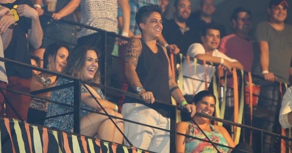 """9.ago.2013 - Acompanhada da namorada, Nilcéia Oliveira, Thammy Miranda assiste ao show de Wanessa na festa """"Chá de Alice"""", no Rio de Janeiro"""