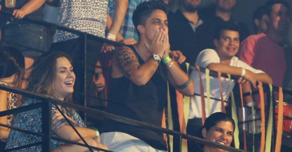 """9.ago.2013 - Acompanhada da namorada, Nilcéia Oliveira, Thammy Miranda manda beijos para a cantora Wanessa na festa """"Chá de Alice"""", no Rio de Janeiro"""