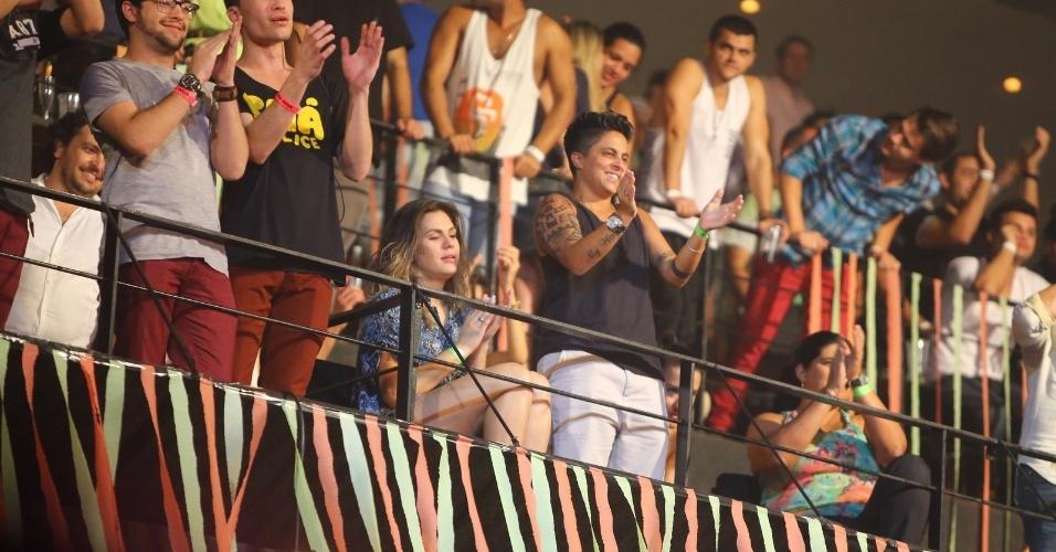 9.ago.2013 - Thammy Miranda e a namorada, Nilcéia Oliveira, assistem juntas ao show de Wanessa na festa
