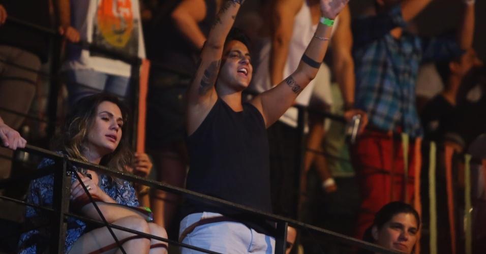 """9.ago.2013 - Thammy Miranda e a namorada, Nilcéia Oliveira, assistem juntas ao show de Wanessa na festa """"Chá de Alice"""", no Rio de Janeiro"""
