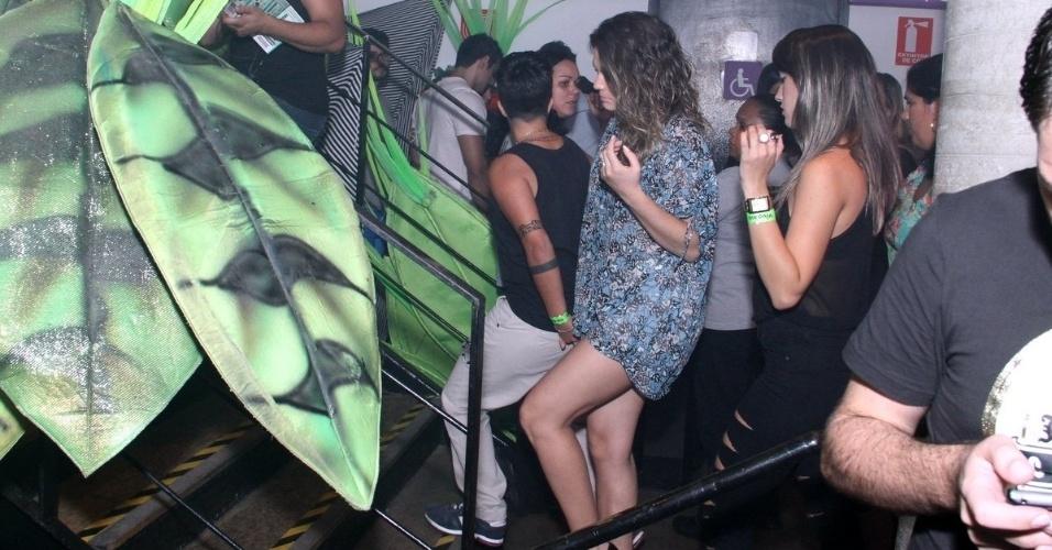 """9.ago.2013 - Thammy Miranda e a namorada, Nilcéia Oliveira, chegam de mãos dadas para o show de Wanessa na festa """"Chá de Alice"""", no Rio de Janeiro"""