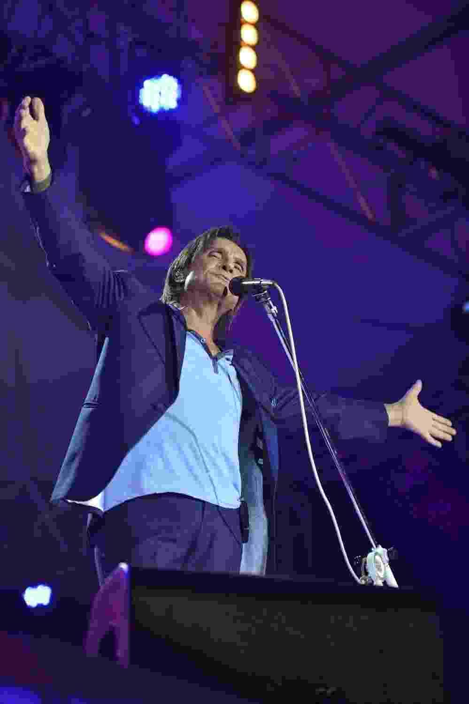 9.ago.2013 - Totalmente vestido de azul, Roberto Carlos se apresenta no Forte de Copacabana, no Rio de Janeiro. O Rei cantou seus maiores sucessos acompanhado de orquestra e coral. O show faz parte de uma série de cinco apresentações na capital carioca - Alex Palarea  e André Muzell / AgNews