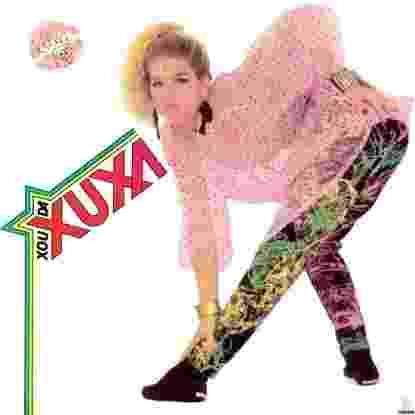 """O primeiro álbum """"Xou da Xuxa"""" da coletânea. A capa gerou polêmica ao mostrar a cantora com uma blusa transparente. Fazem parte do álbum as canções: """"Parabéns da Xuxa"""", """"Doce Mel"""" e """"Meu Cãozinho Xuxo""""  - Divulgação"""