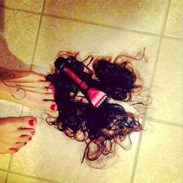 """11.ago.2013 - A atriz Nanda Costa publicou uma foto de cabelos muito parecidos com os seus no chão, junto com um barbeador e com a legenda: """"OK, assunto encerrado"""""""