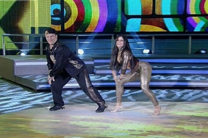 """11.ago.2013 - Adriano Garib dança o sucesso """"Xereta"""" de Claudinho e Bochecha"""