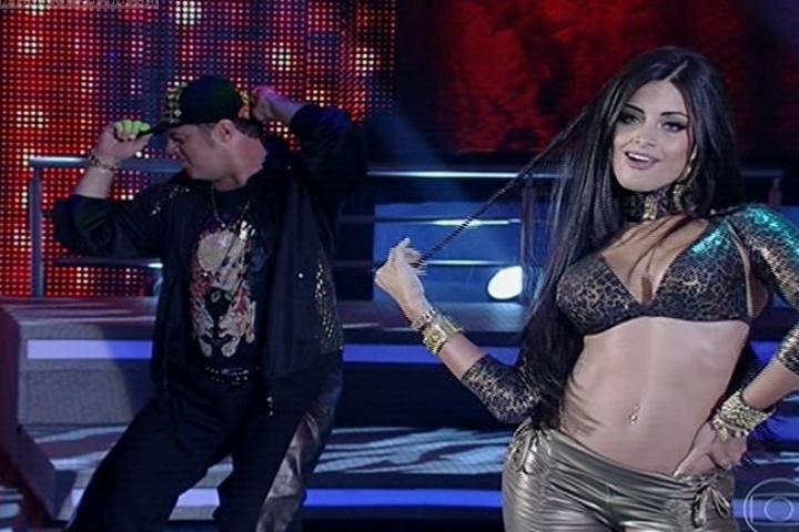 11.ago.2013 - Adriano Garib e Aline Riscado dançam funk