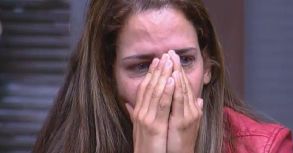 11.ago.2013 - Denise Rocha chora ao falar do pai