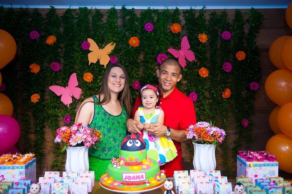 11.ago.2013 - O lutador de MMA José Aldo e sua mulher, Viviane, comemoram o aniversário de um ano de sua filha, Joana, em uma casa de festas em Botafogo, zona sul do Rio de Janeiro