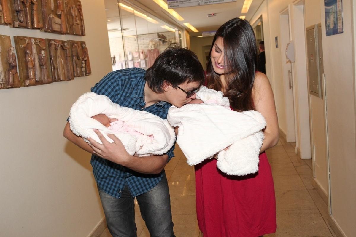 12.ago.2013 - A ex-Miss Brasil Natália Guimarães e o cantor Leandro, ex-KLB, deixam a maternidade com as gêmeas