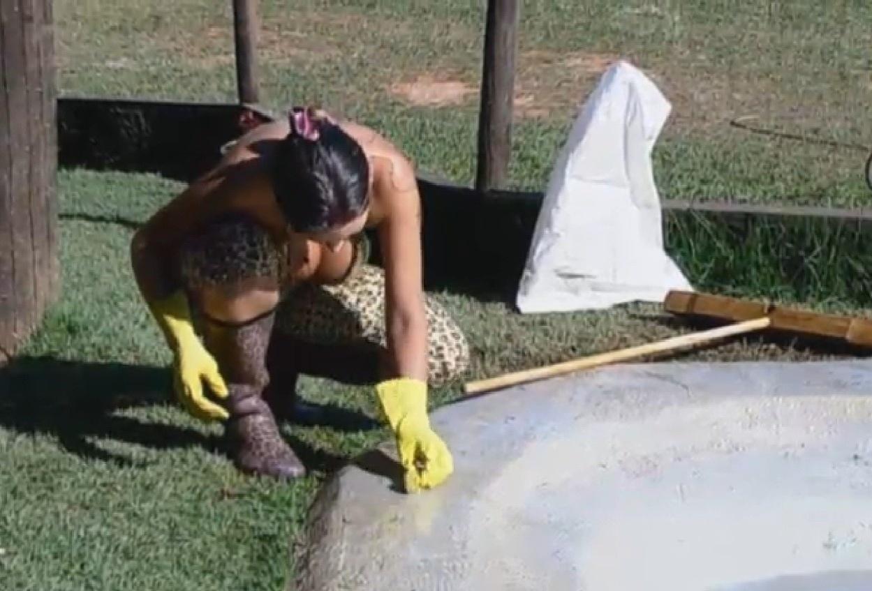 12.ago.2013 - A vice Miss Bumbum limpou o lago artificial das aves