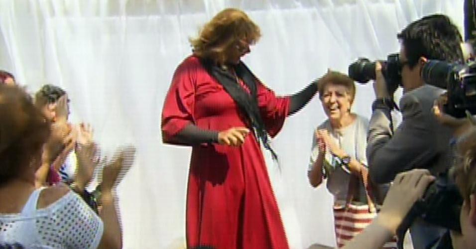 """12.ago.2013 - Com vestido vermelho, Otaviano Costa se veste de mulher para o """"Vídeo Show"""". O ator, que estreou recentemente no programa, estava apresentando uma reportagem sobre sedução"""