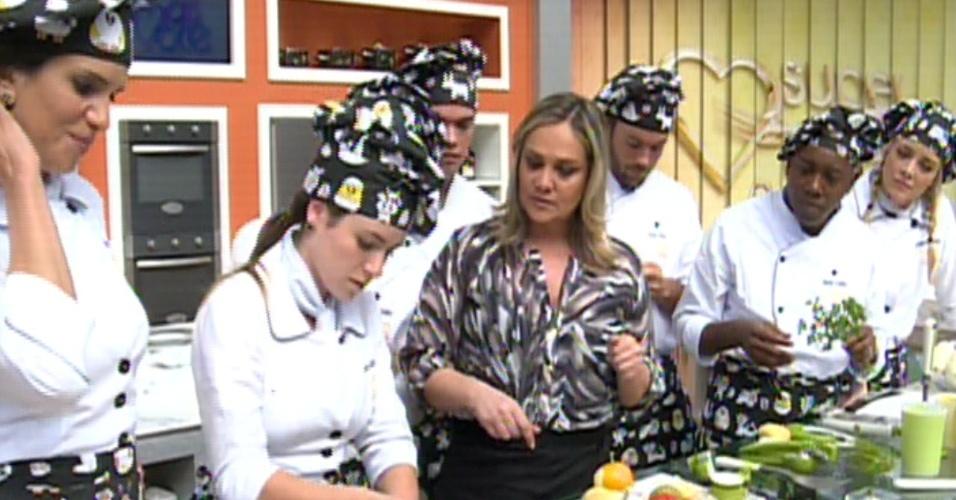 """12.ago.2013 - Competidores do """"Super Chef Celebridades"""" participam de workshop sobre equipamentos de cozinha e aprendem a usar as facas corretas"""