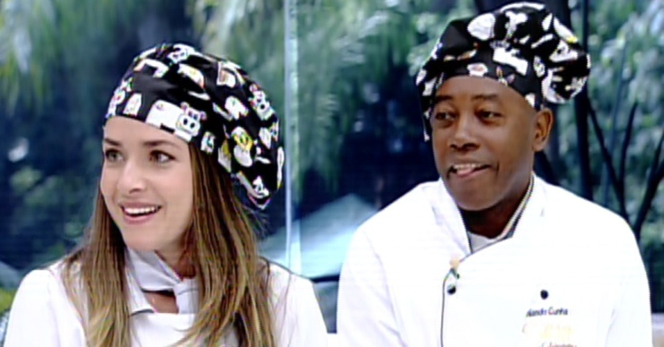 """12.ago.2013 - Monique Alfradique e Nando Cunha lembram os primeiros pratos que cozinharam na estreia do """"Super Chef Celebridades"""""""