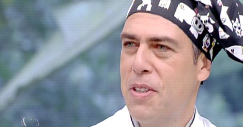 """12.ago.2013 - No quadro """"Super Chef Celebridades"""", Anderson Muller conta que já """"estourou"""" várias panelas de pressão tentando fazer feijão"""
