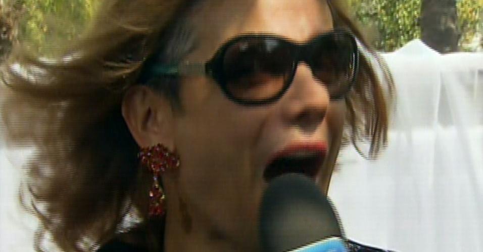 """12.ago.2013 - Otaviano Costa se veste de mulher para o """"Vídeo Show"""" e usa peruca, óculos de sol e brincos. O ator, que estreou recentemente no programa, estava apresentando uma reportagem sobre sedução"""