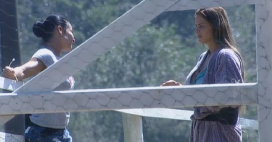 12.ago.2013 - Scheila Carvalho e Denise Rocha conversam sobre o jogo