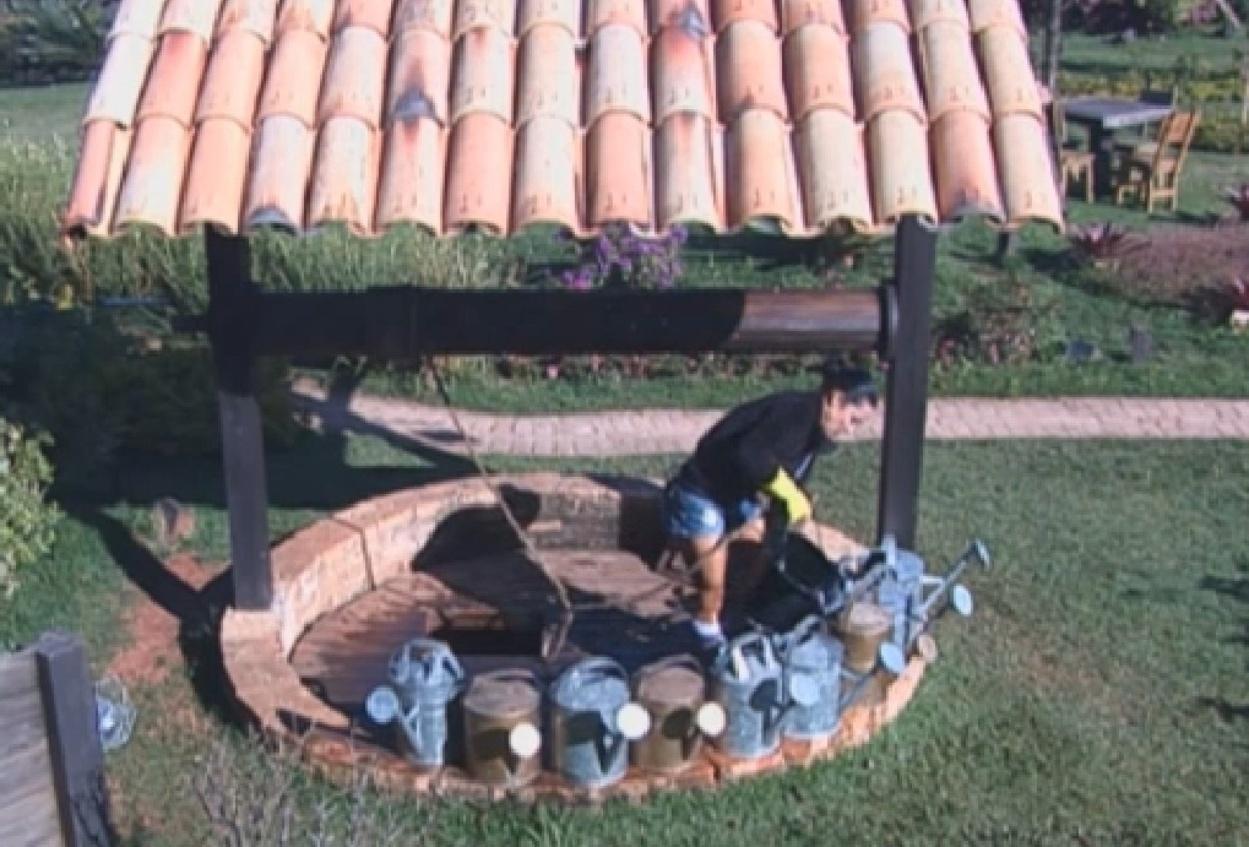 12.ago.2013 - Scheila Carvalho pegando água no poço