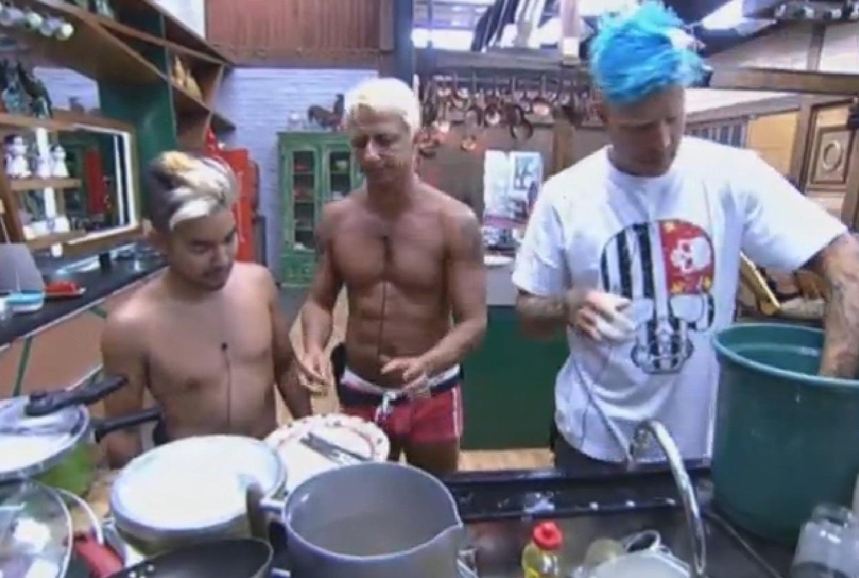 12.ago.2013 - Yudi, Paulo Nunes e Mateus Verdelho lavaram a louça