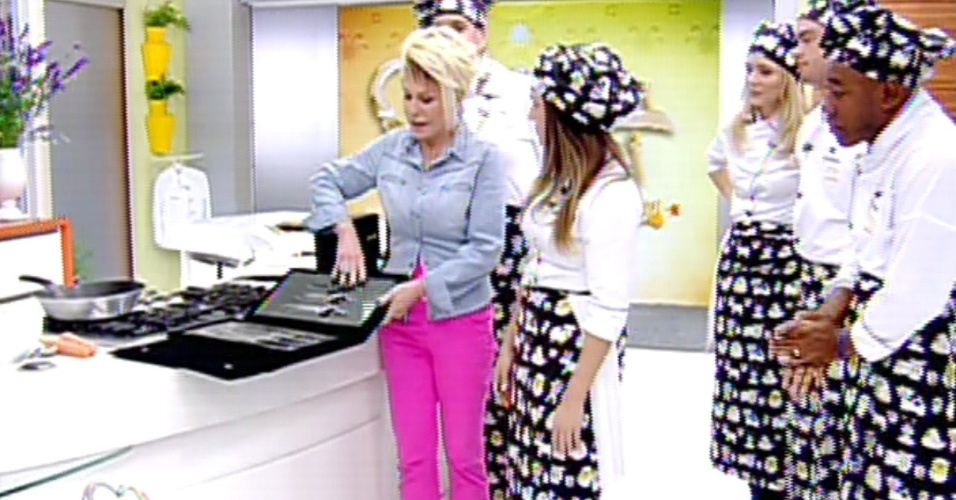 12.aug.2013 - Ana Maria Braga com participantes do 'Super Chef'