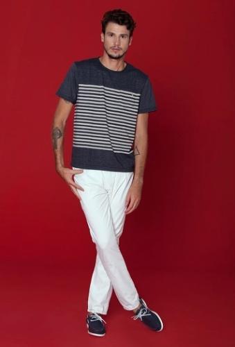 Camisetas muito compridas podem achatar a sua silhueta e fazer você parecer  que é mais baixo 2c5cf41c5b