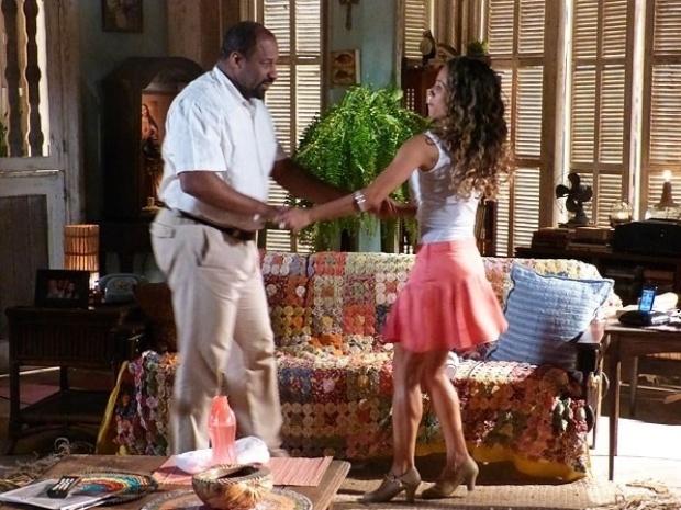 """Em """"Flor do Caribe"""", Nicole ensina Quirino a dançar e rola clima entre os dois"""